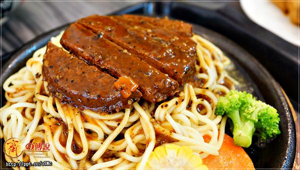 [新聞] 市政府素食~超平價美食,超推薦鐵板神戶牛排/素滷飯/麥克雞塊飯,配菜任選四種,味道跟葷食一樣美味